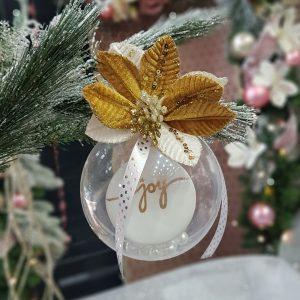 χριστουγεννιάτικες μπάλες χειροποίητες: ιδέα με διάφανη μπάλα και υφασμάτινο λουλούδι