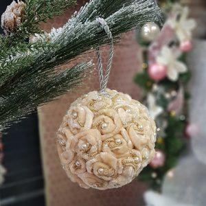χριστουγεννιάτικες μπάλες χειροποίητες: ιδέα με υφασμάτινα λουλούδια