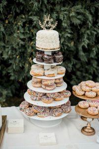 γάμος 2020: τούρτα από donuts