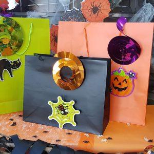 χρωματιστές σακούλες με διακόσμηση χάλογουιν για πάρτυ