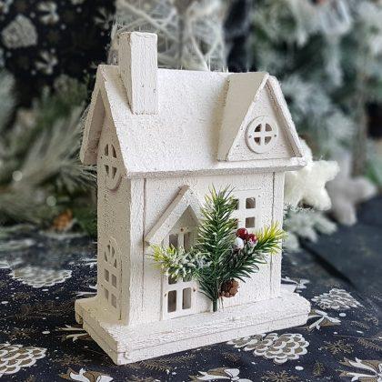 λευκό ξύλινο χριστουγεννιάτικο σπιτάκι