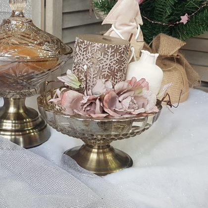 Χριστουγεννιάτικες διακόσμήσεις: γυάλινη φοντανιέρα με ροζ παστέλ υφασμάτινα λουλούδια