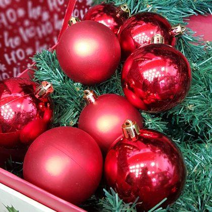 κόκκινες χριστουγεννιάτικες μπάλες