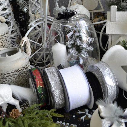 υλικά για χριστουγεννιάτικες διακοσμήσεις σε λευκό και ασημί