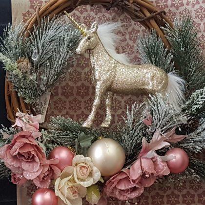 Χριστουγεννιάτικο στεφάνι με ροζ λουλούδια, χρυσές μπάλες και ροζ μονόκερο