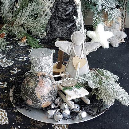 χριστουγεννιάτικες διακοσμήσεις: σύνθεση σε λευκό, γκρι ασημί
