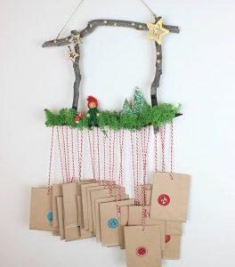 χριστουγεννιάτικο ημερολόγιο με κρεμαστά σακουλάκια από κλαδιά