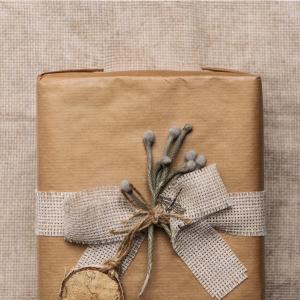 ιδέες για τύλιγμα δώρων με οικολογικό χαρτί και εποχιακό λουλούδι