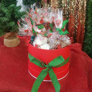 γλυκά χριστουγεννια΄τικα σε κουτί με γιορτινή διακόσμηση
