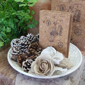 Δίσκος με κουκουνάρια, τεχνητά λουλούδια και κουτί βιβλίο