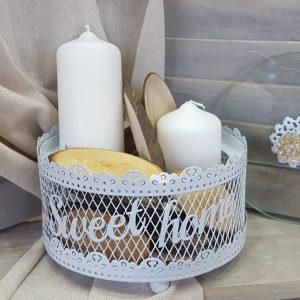 λευκό μεταλλικό καλάθι με λευκά κεριά και κορμούς