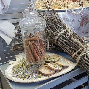 Δίσκος σε σχήμα φύλλου με διακοσμητική γυάλα γεμισμένη με κανέλες