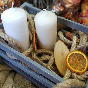 τελάρο με λευκά κεριά, χοντρό σχοινί και αποξηραμένα στοιχεία