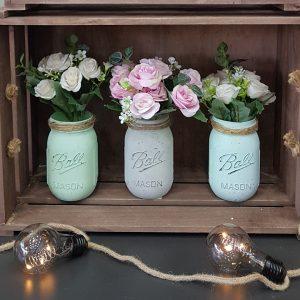 χρωματιστά βαζάκια με λουλούδια μέσα σε τελάρο