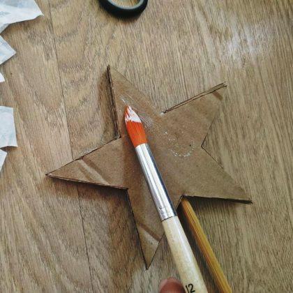Κόψτε το χαρτί σε λωρίδες και ντύστε το αστέρι με τη βοήθεια κόλλας ντεκουπάζ