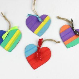 ξύλινες καρδιές στολισμένες με πολύχρωμες κορδέλες