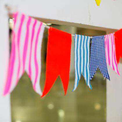 υφασμάτινη χρωματιστή γιρλάντα με σημαιάκια