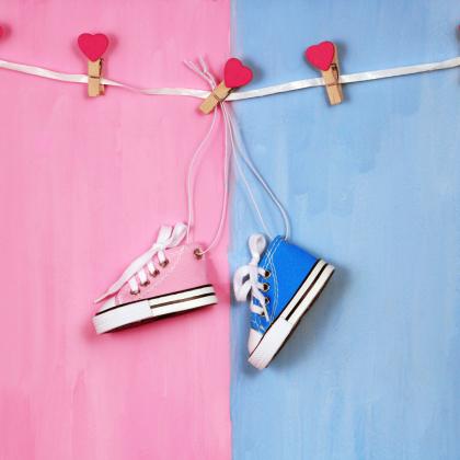 πρωτότυπη γιρλάντα για διακόσμηση με παιδικά παπούτσια