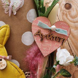 πασχαλινά δώρα: χειροποίητη λαμπάδα σε πασχαλινή σύνθεση για δώρο