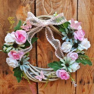 στεφάνια πρωτομαγιάς: ιδέα με ροζ διάθεση και υφασμάτινα λουλούδια