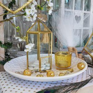 center piece γάμου με χρυσό φανάρι terrarium