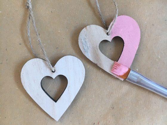 Βάψε και τις ξύλινες καρδιές με χρώμα κιμωλίας