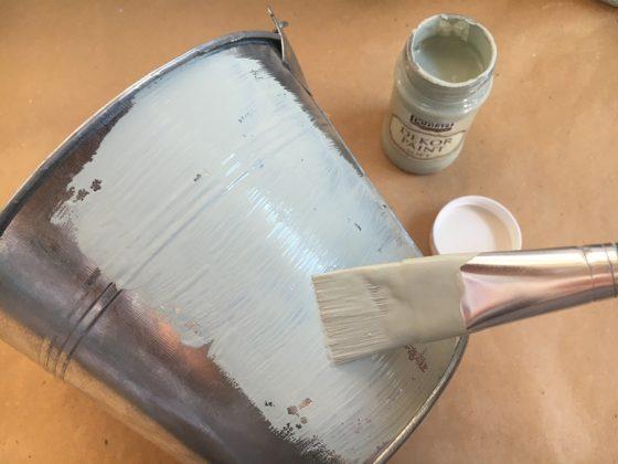 Βάψε το κουβαδάκι με χρώμα κιμωλίας. Προσπάθησε να βάφεις γρήγορα για να μην κάνει νερά