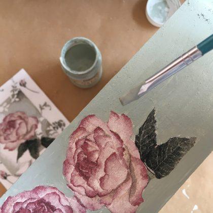 ντεκουπάζ σε έπιπλα: εφαρμογή χρώματος