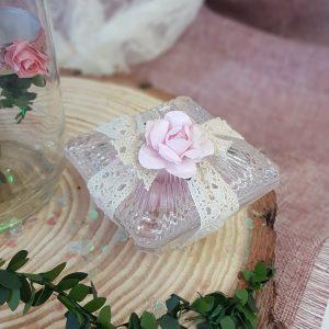μπομπονιέρες γάμου vintage: μία πρόταση με γυάλινη φοντανιέρα, δαντέλα και υφασμάτινο λουλουδάκι