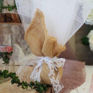 μπομπονιέρες γάμου vintage ιδέα με τούλι και λινάτσα στολισμένη με δαντέλα
