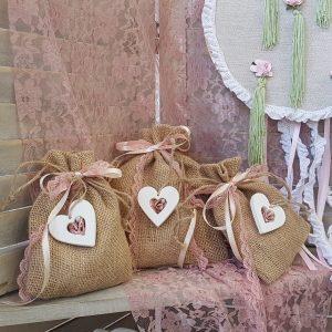 μπομπονιέρες γάμου vintage: πουγκιά λινάτσας διακοσμημένα με κορδέλες και ξύλινες καρδιές