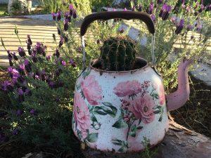 διακόσμηση κήπου με απλά υλικά: τσαγιερό ντεκουπάζ