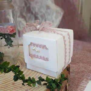 μπομπονιέρες γάμου vintage: λευκό κουτάκι με κορδέλα δαντέλα σάπιο μήλο και λευκές πέρλες