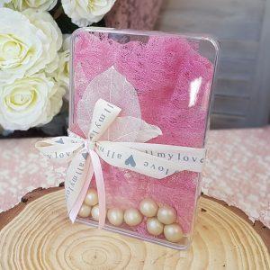 ακρυλικό κουτάκι μπομπονιέρα με ροζ δαντέλα, τυπωμένη κορδέλα και περλέ κουφέτα