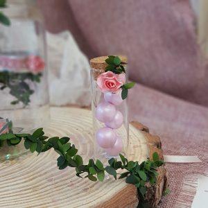 απλή μπομπονιέρα γάμου σε δοκιματικό σωλήνα με κουφέτα και λουλουδάκια
