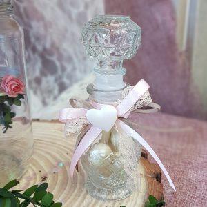 μπομπονιέρες γάμου vintage: ιδέα με ανάγλυφο μπουκαλάκι, κορδέλες και υφασμάτινη εκρού καρδιά