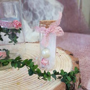 μπομπονιέρα γάμου σε δοκιμαστικό σωλήνα με τούλι και ροζ δαντέλα