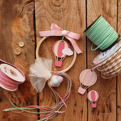 κρεμαστή μπομπονιέρα με τελάρο κεντήματος και ροζ ξύλινο αερόστατο για βάπτιση αερόστατο