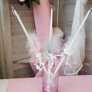 κεριά διακοσμημένα με φτερά και ροζ κορδέλες για βάπτιση κοριτσιού