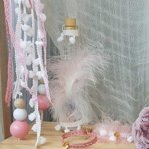 μπουκάλι λαδικών για βάπτιση κοριτσιού διακοσμημένο με φτερά και κορδέλες
