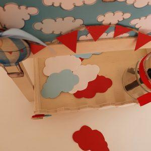 πρωτότυπο βιβλίο ευχών για βάπτιση αερόστατο σε ξύλινο ραφάκι με καφασάκι και μαυροπίνακα