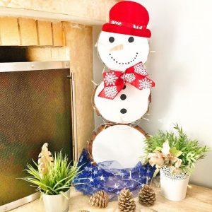 dio χιονανθρωπος με κορμους δέντρου
