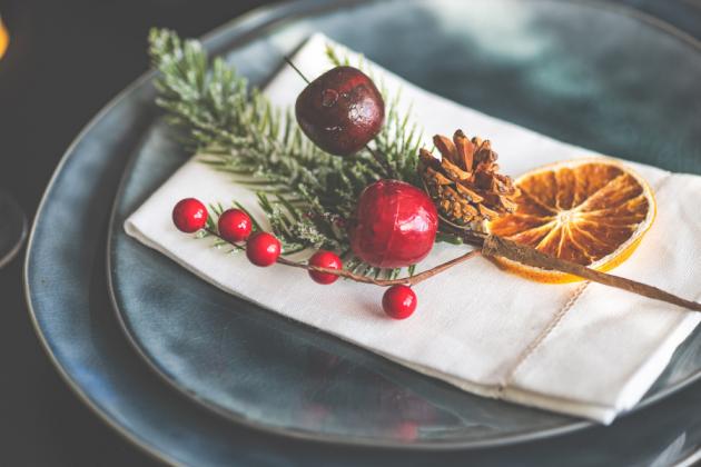 Στολισμός χριστουγεννιάτικου τραπεζιού με κλαδιά