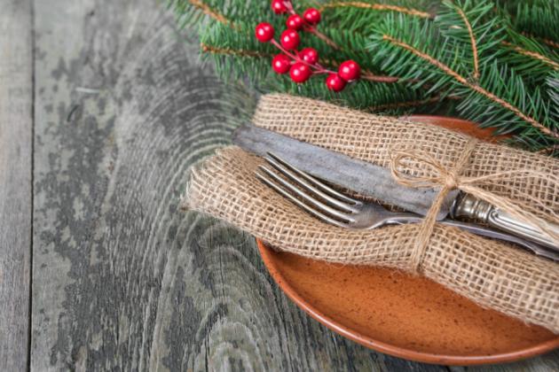 Στολισμός χριστουγεννιάτικου τραπεζιού με λινάτσα